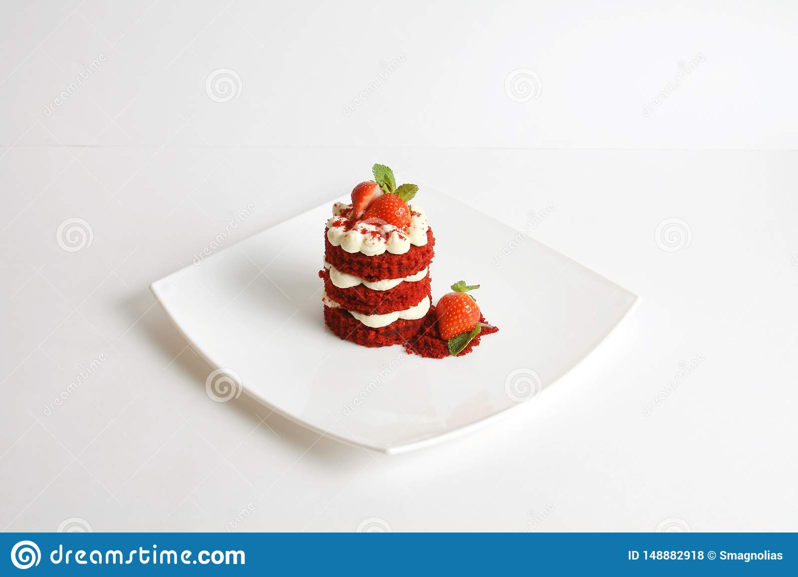 在白色隔绝的红色天鹅绒蛋糕