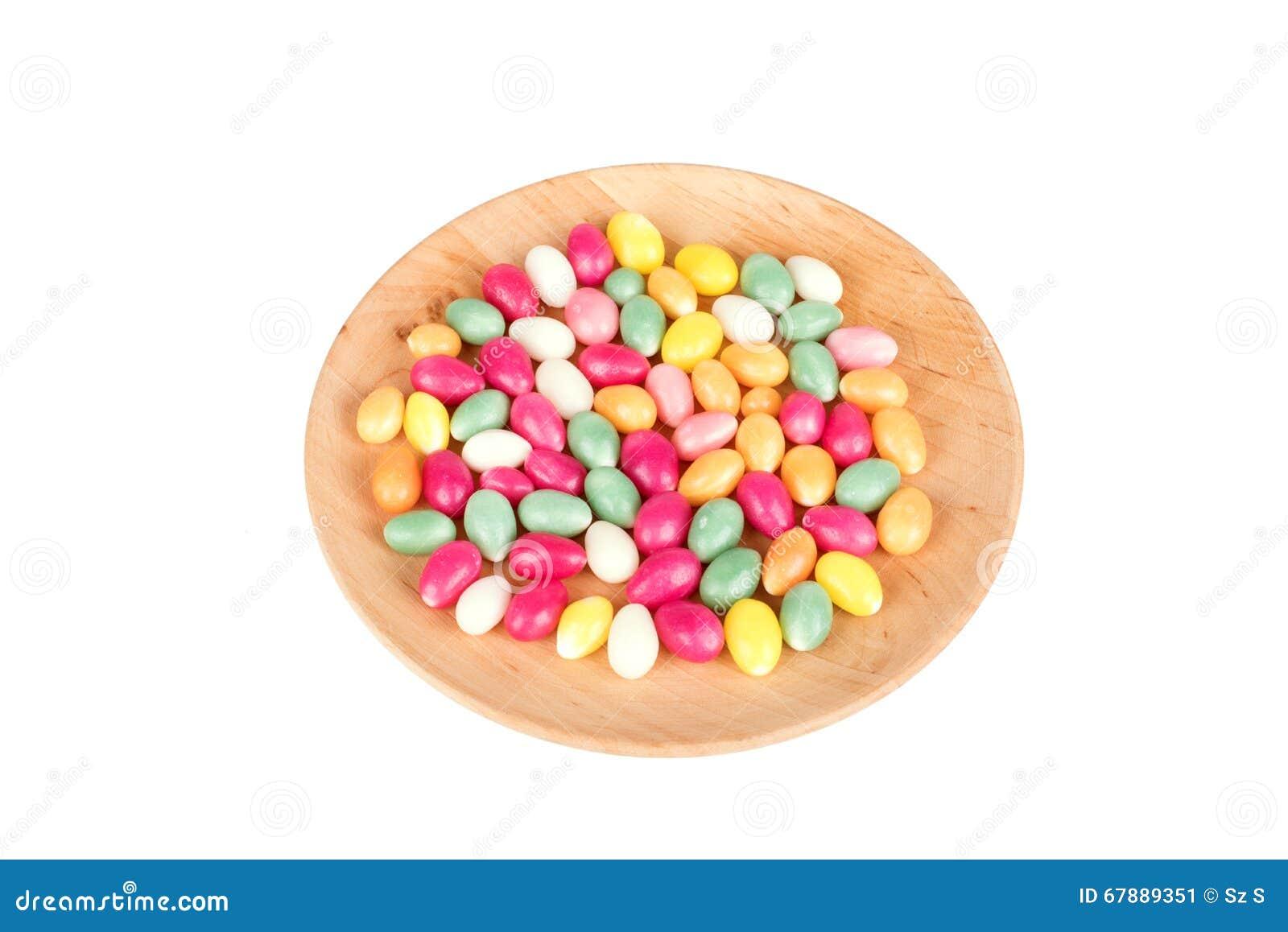 在白色隔绝的木板材的糖果鸡蛋