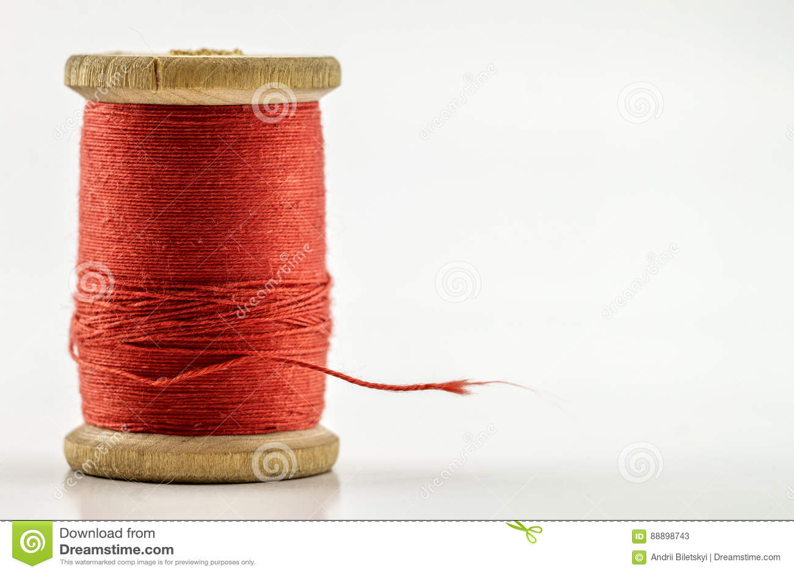 在白色隔绝的红色缝合针线卷轴或短管轴  浅de