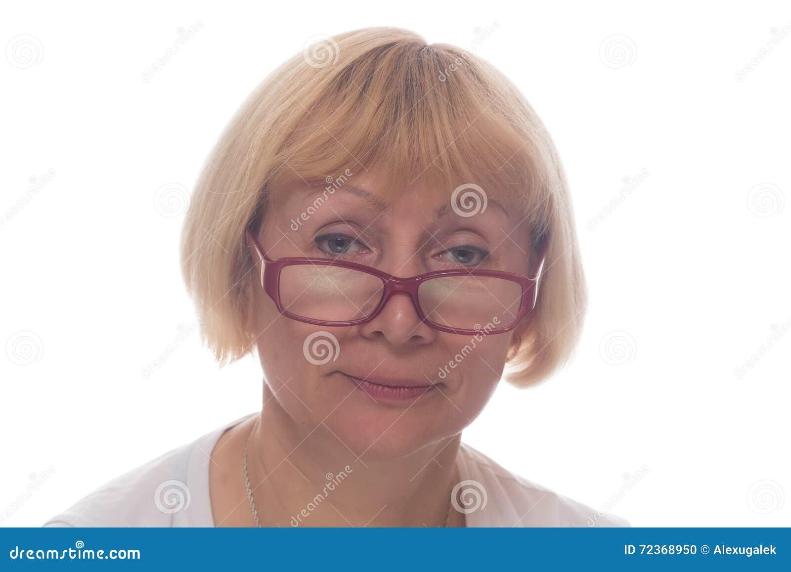 在白色隔绝的玻璃的白人妇女