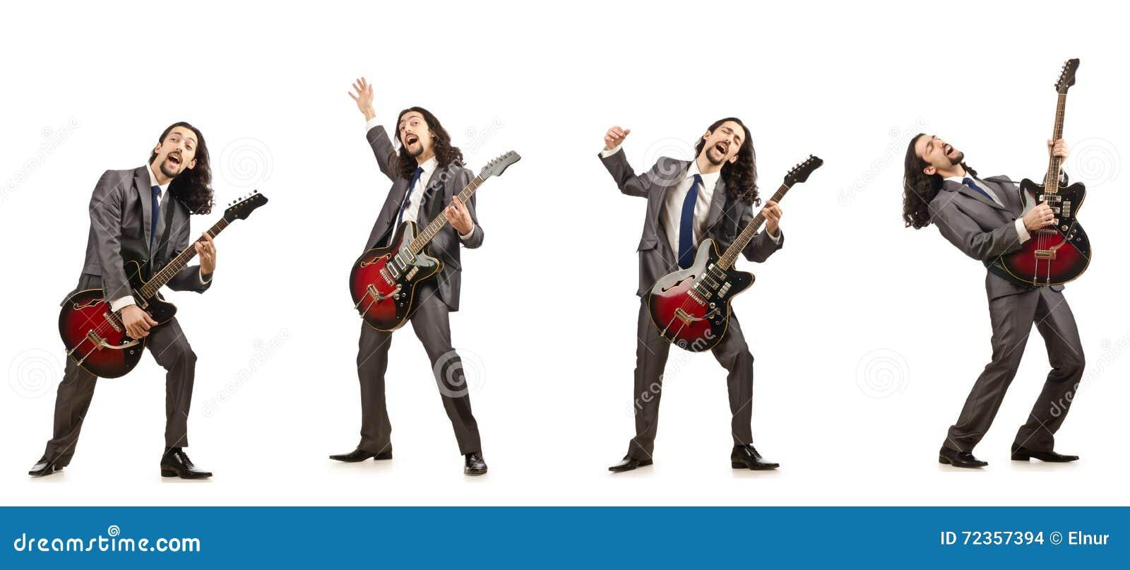 在白色隔绝的滑稽的吉他演奏员