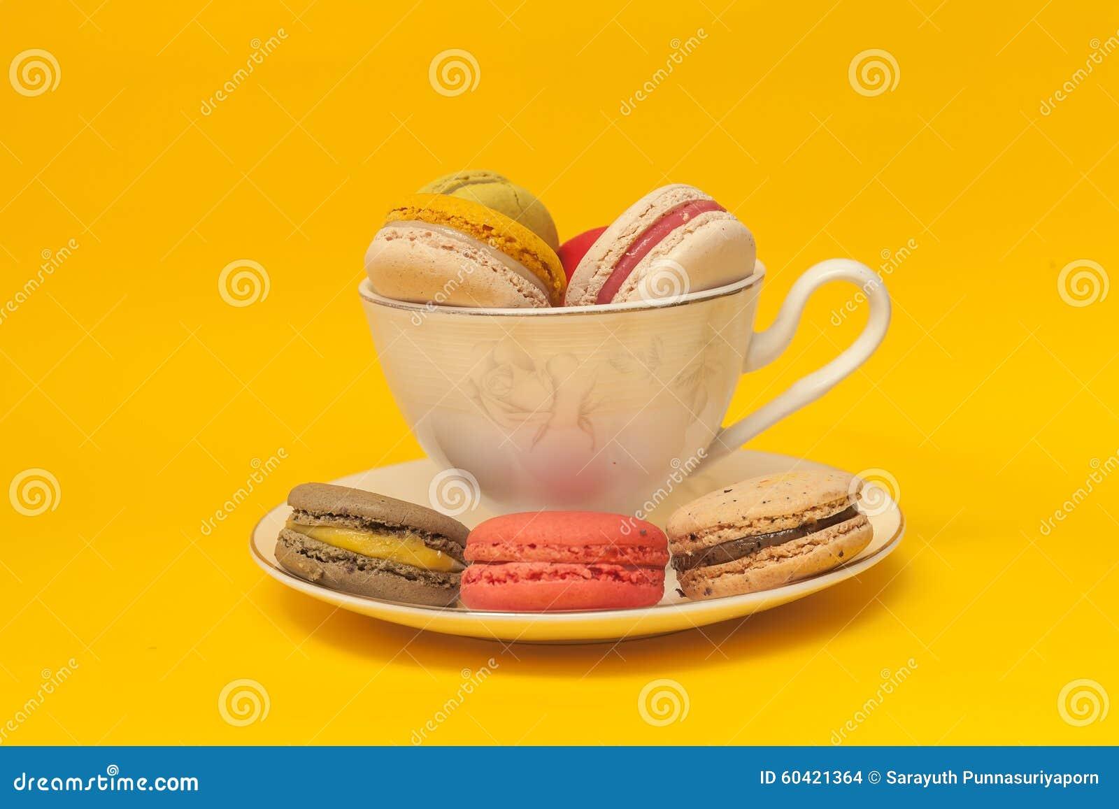 在白色经典杯子堆积的堆五颜六色的macarons