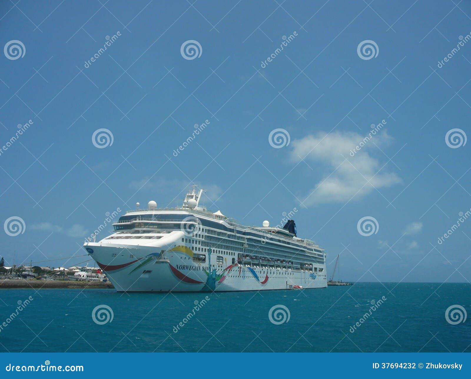 在百慕大靠码头的挪威黎明游轮