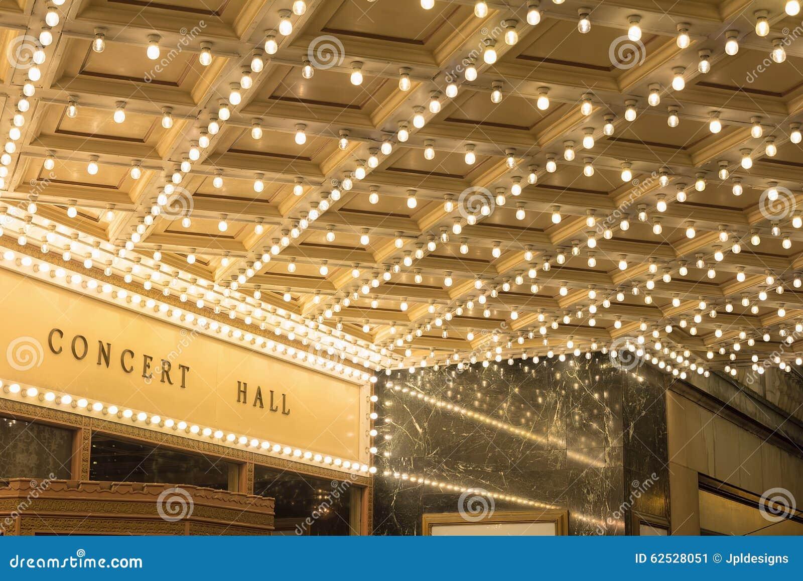 在百老汇剧院入口的大门罩光