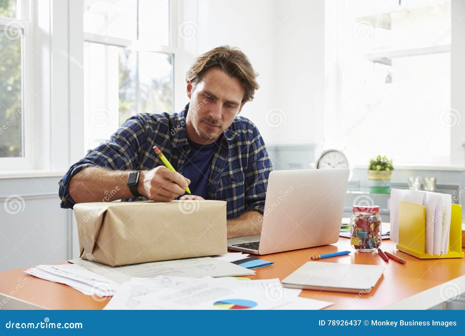 在的人在家邮寄的包裹写地址