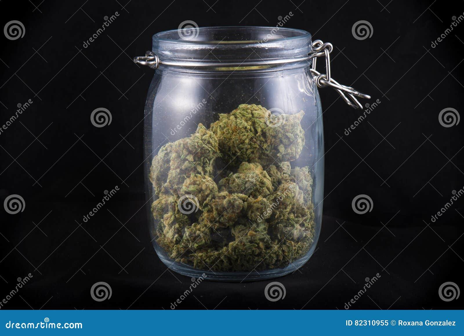 在的大麻芽在黑的医疗marijua隔绝的玻璃瓶子