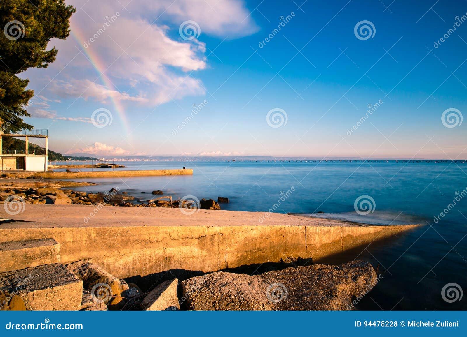 在的里雅斯特海湾的彩虹