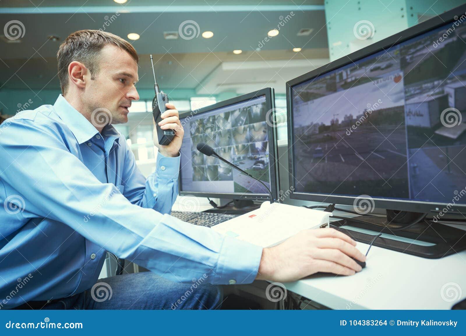 在监视期间的安全工作者 录影监视系统