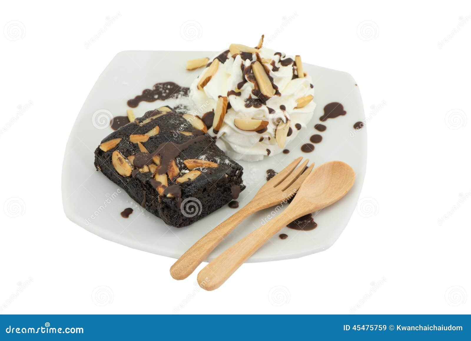 在盘的果仁巧克力蛋糕在白色背景