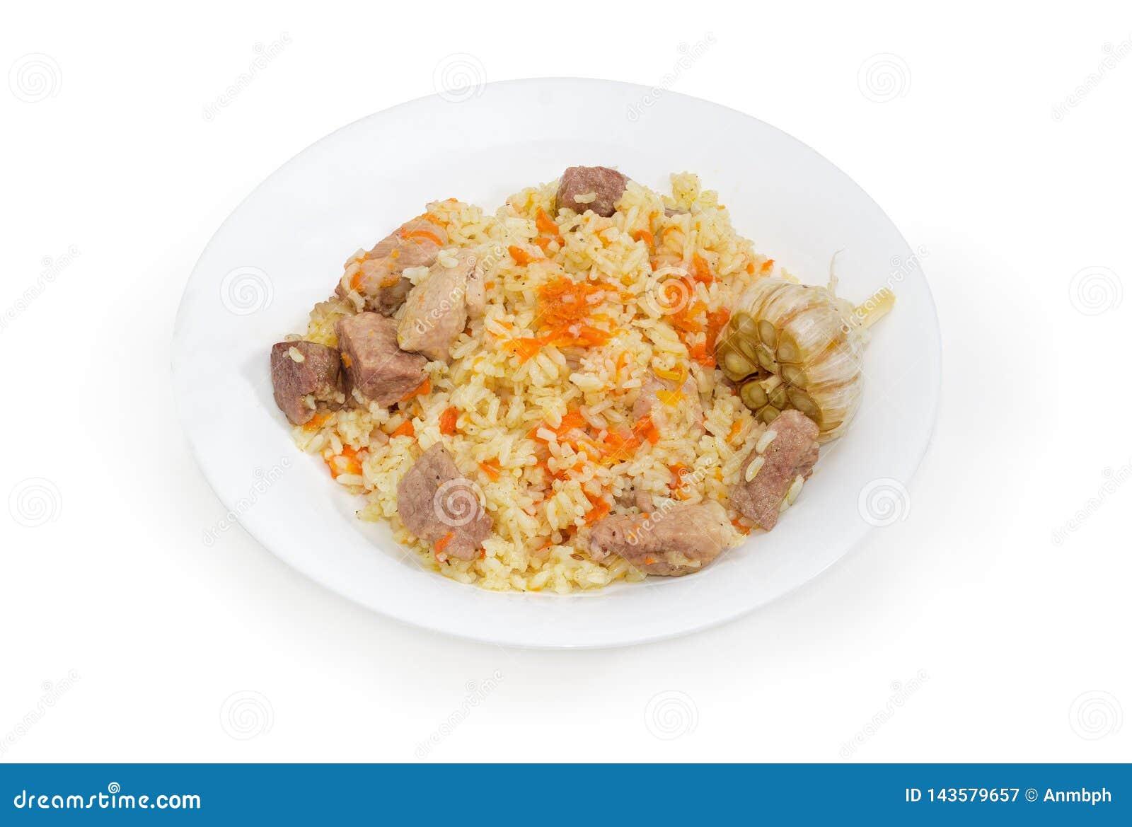 在盘的煮熟的肉饭在白色背景