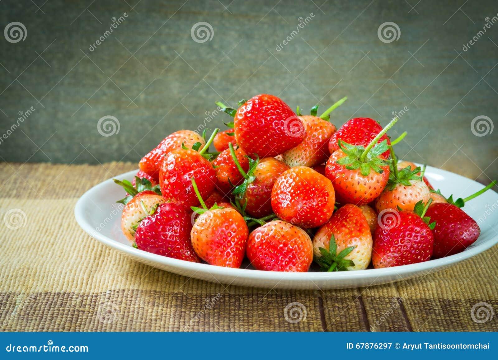在盘的草莓