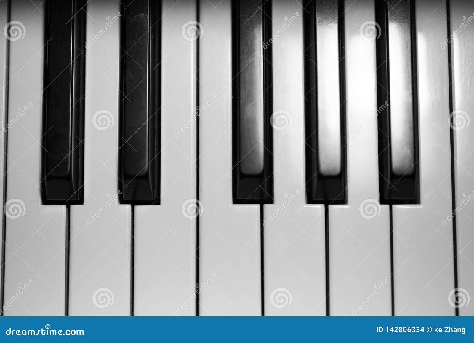 在盛大婴孩钢琴的钥匙