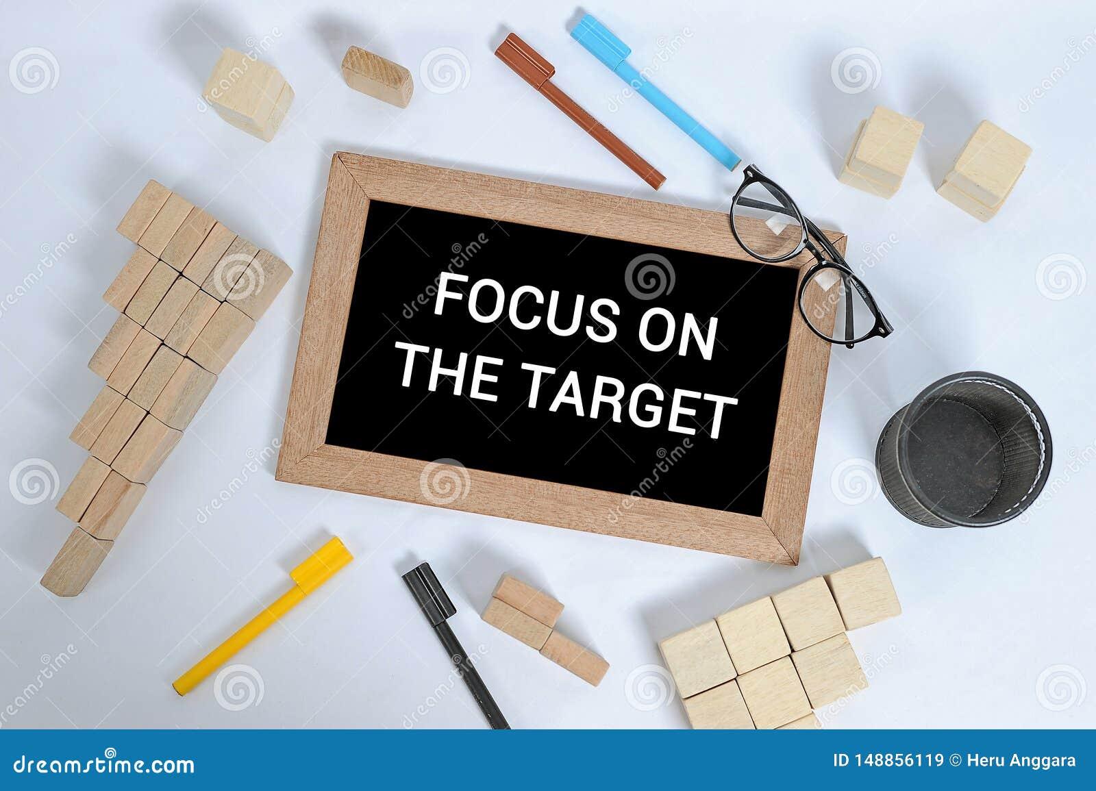 在目标文本的焦点在有办公室辅助部件的黑板 企业刺激、启发概念、笔和笔匣,