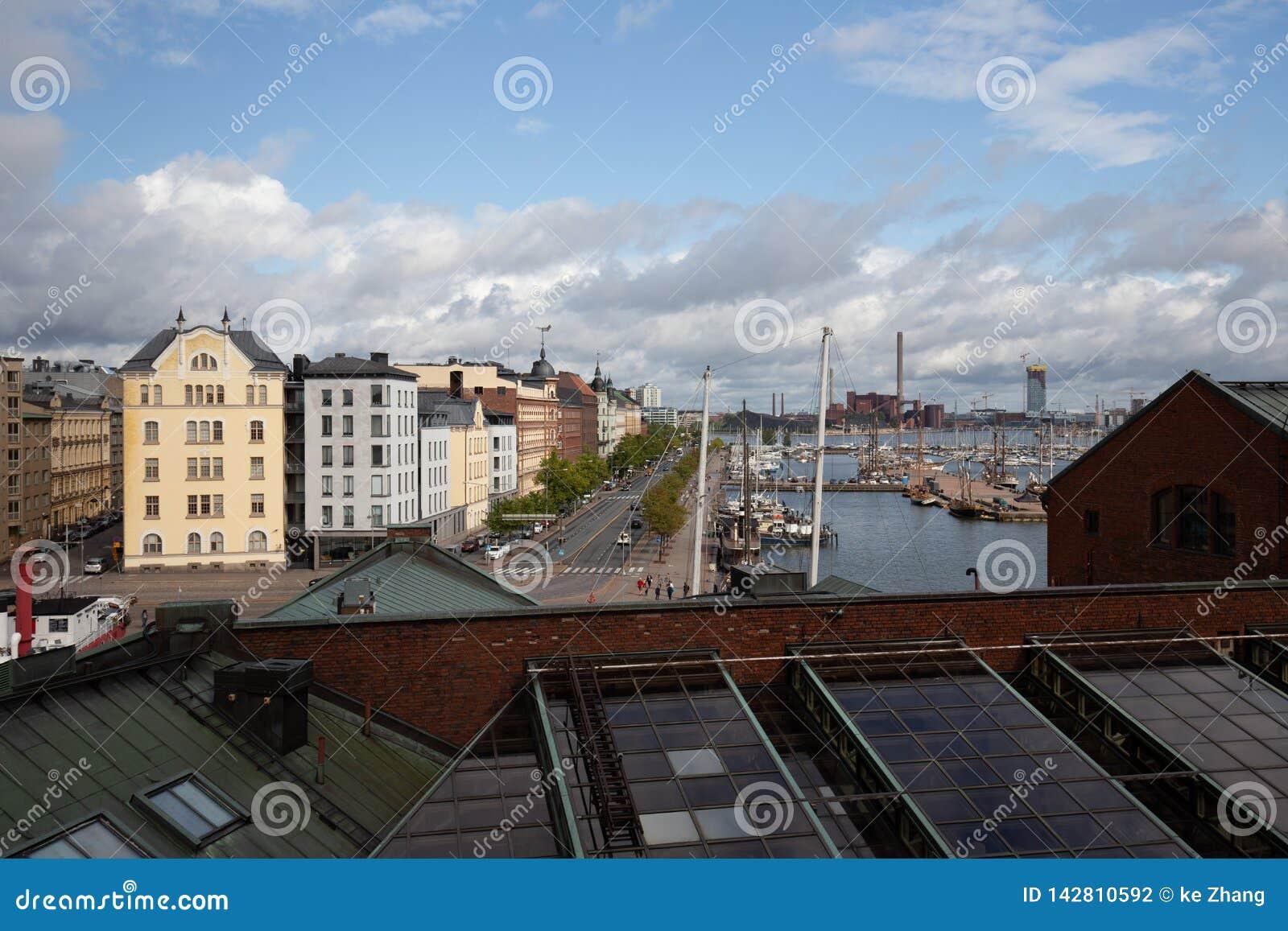 在看大厦和水的赫尔辛基的屋顶视图