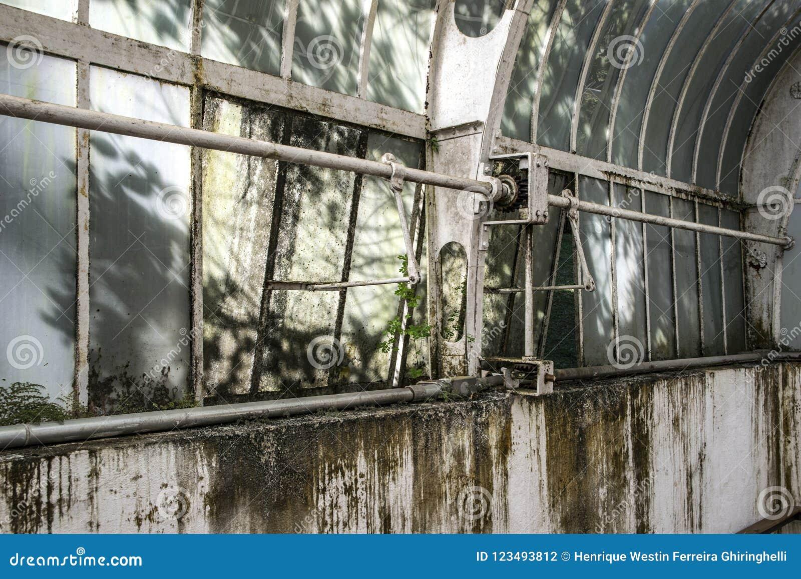 在看法,工业工厂废墟里面的被放弃的故事房子