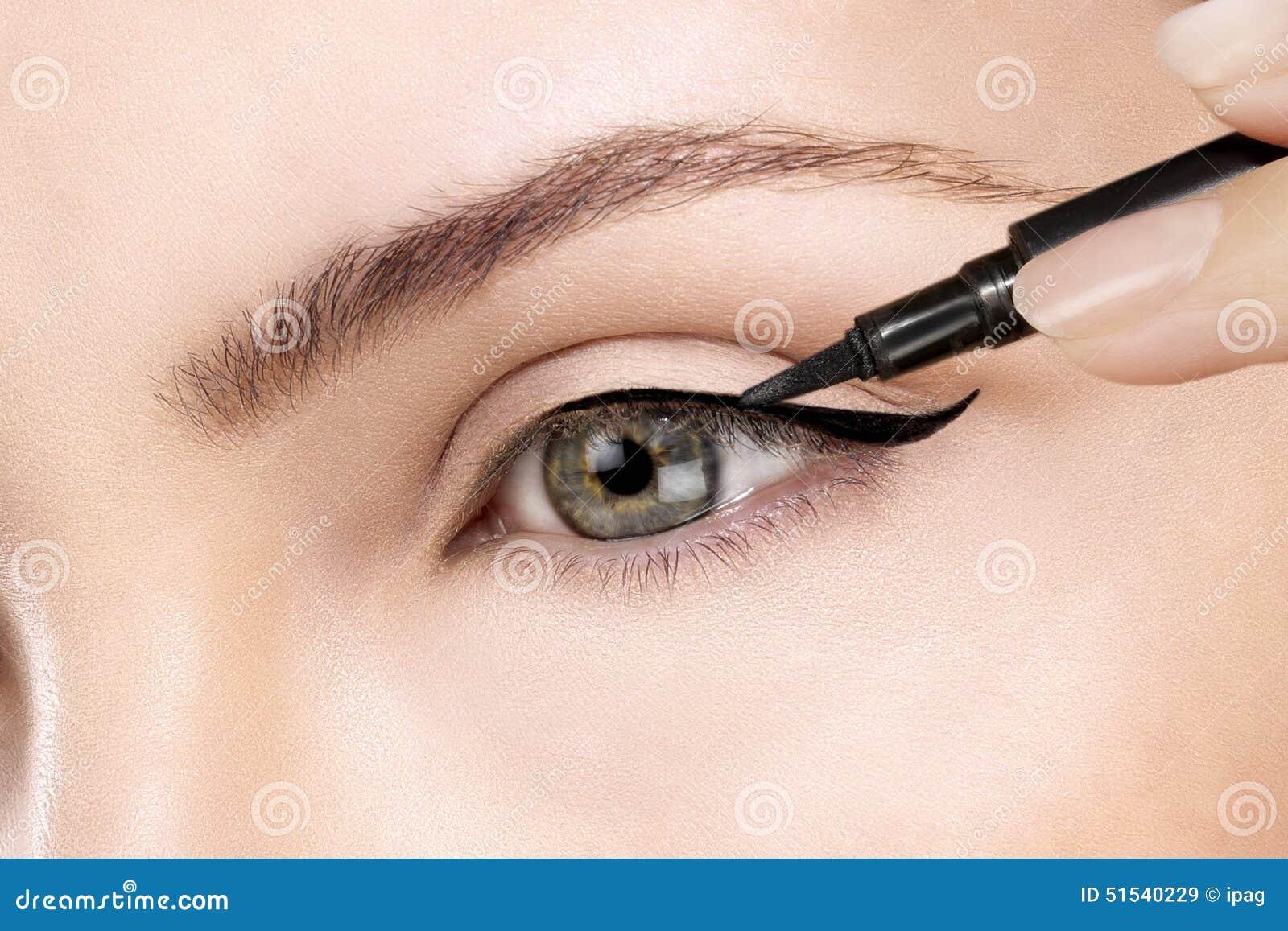 在眼睛的美丽的式样申请的眼线膏特写镜头