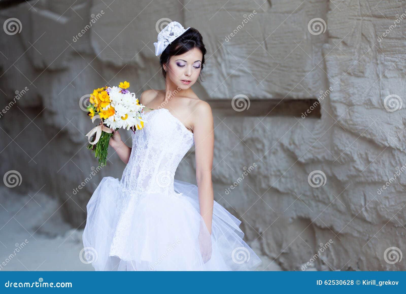 在石墙附近的新娘