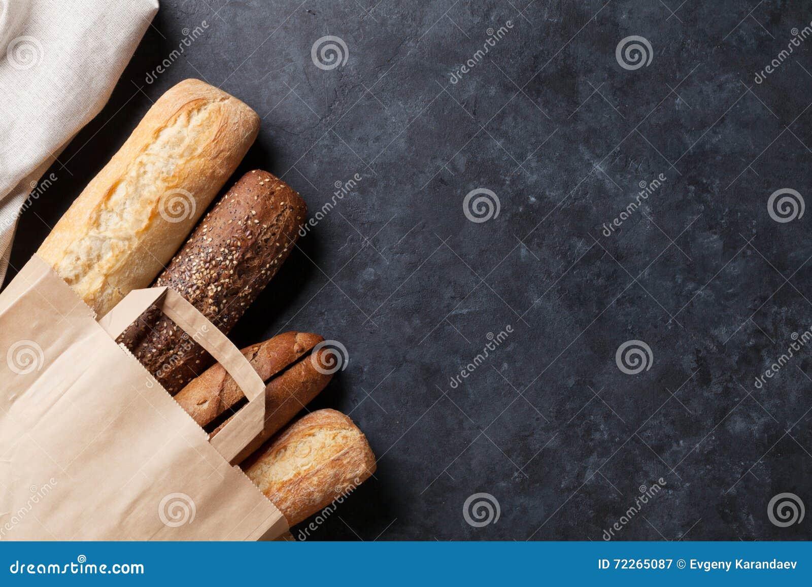 在石桌上的混杂的面包