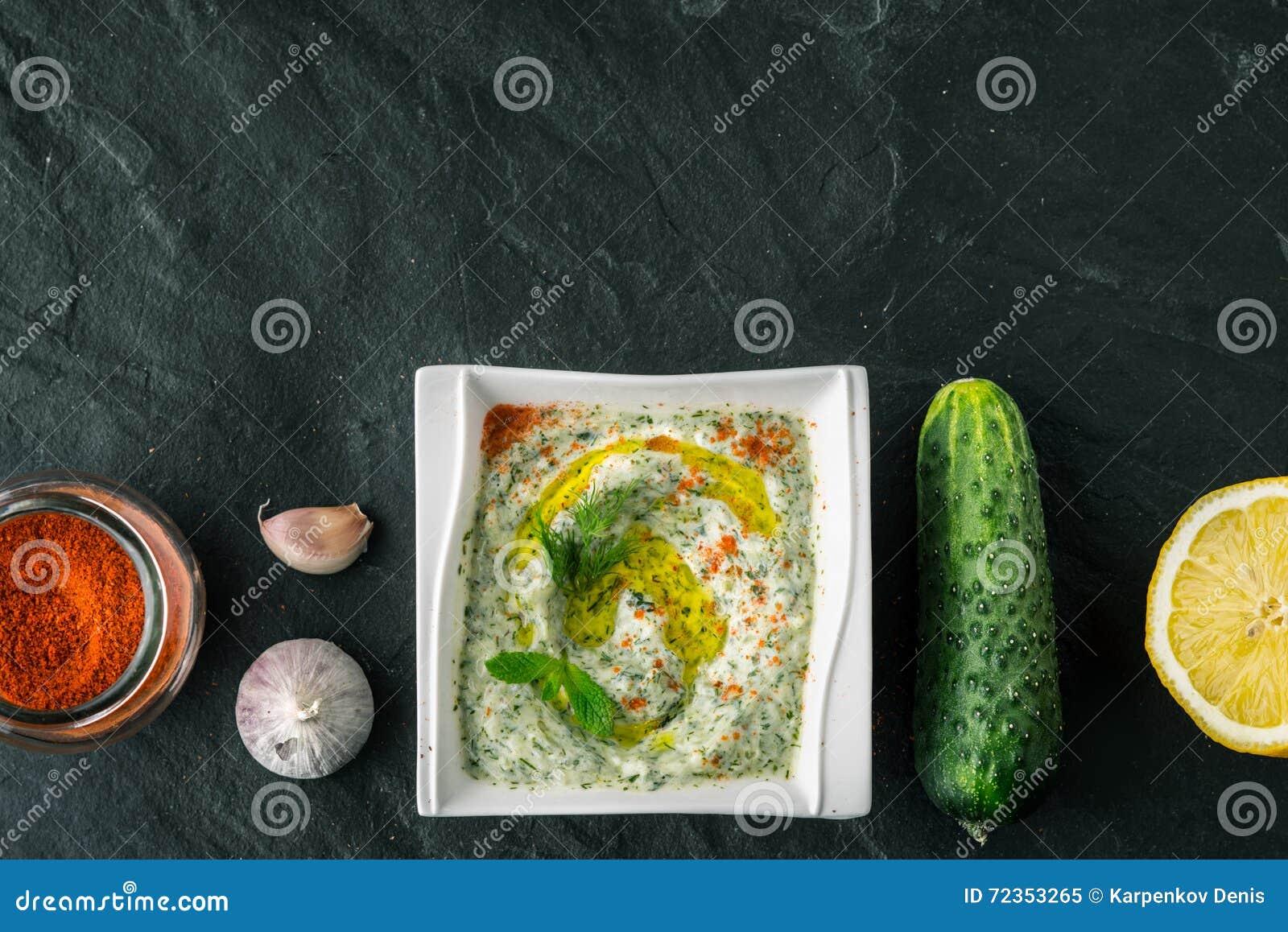 在石桌上的Tzatziki用黄瓜、柠檬和调味料