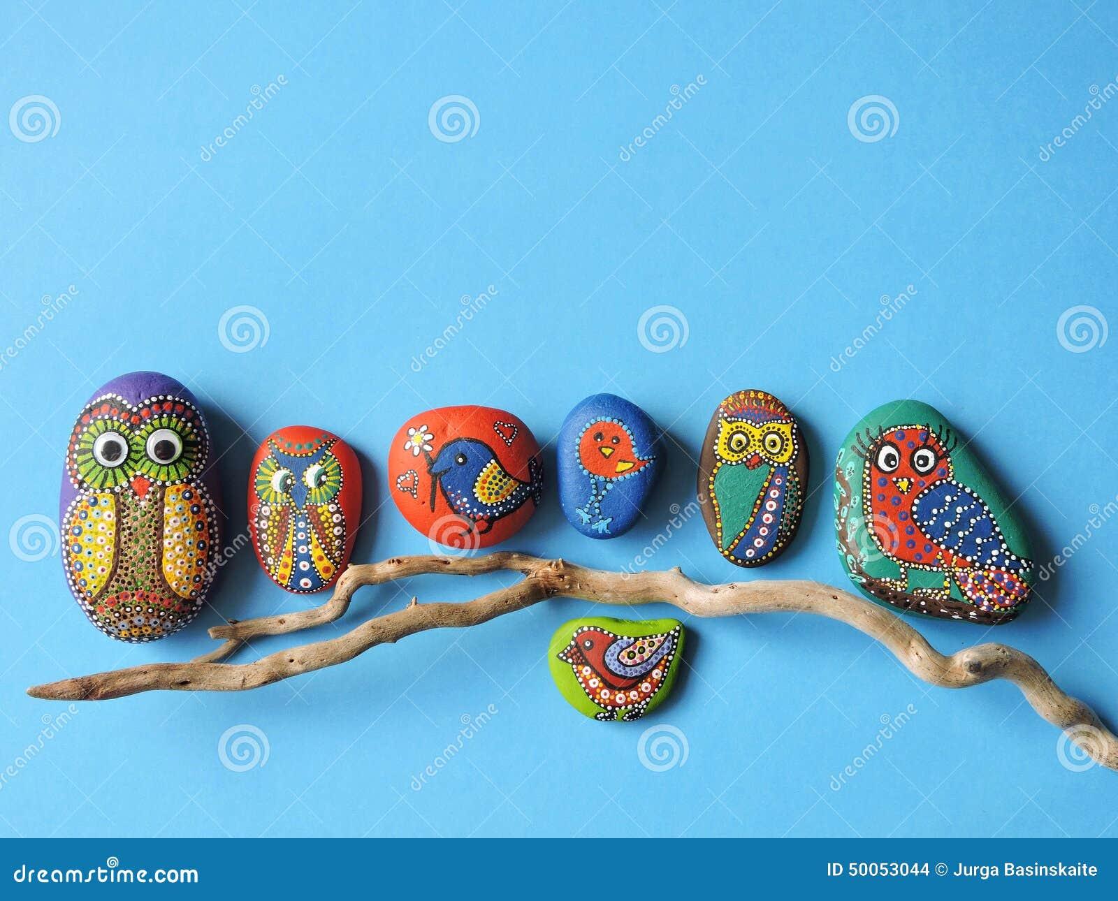 在石头和鸟绘的猫头鹰