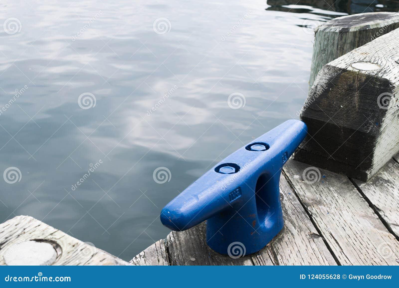 在码头的水有蓝色船锚的