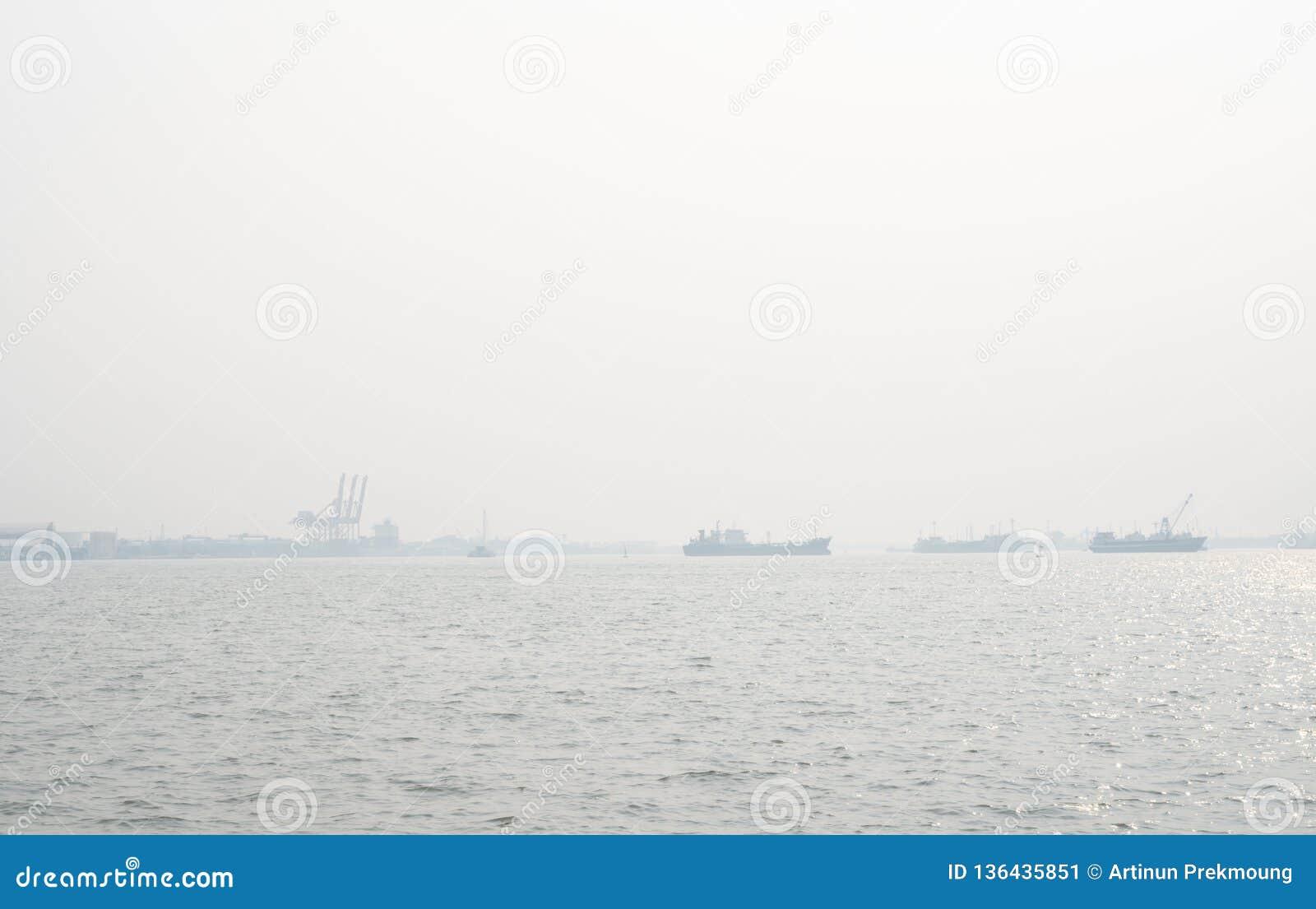 在码头的空气污染 坏空气质量充满呼吸道疾病的尘土原因 全球性变暖从空气污染