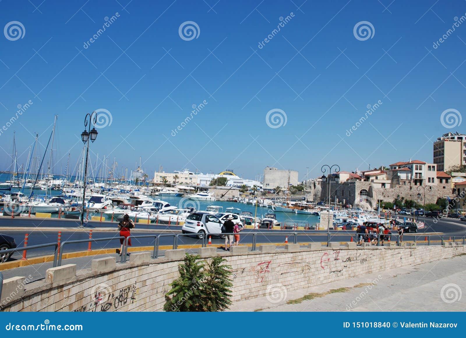 在码头的街道有游艇的在度假圣地伊拉克利翁,克利特