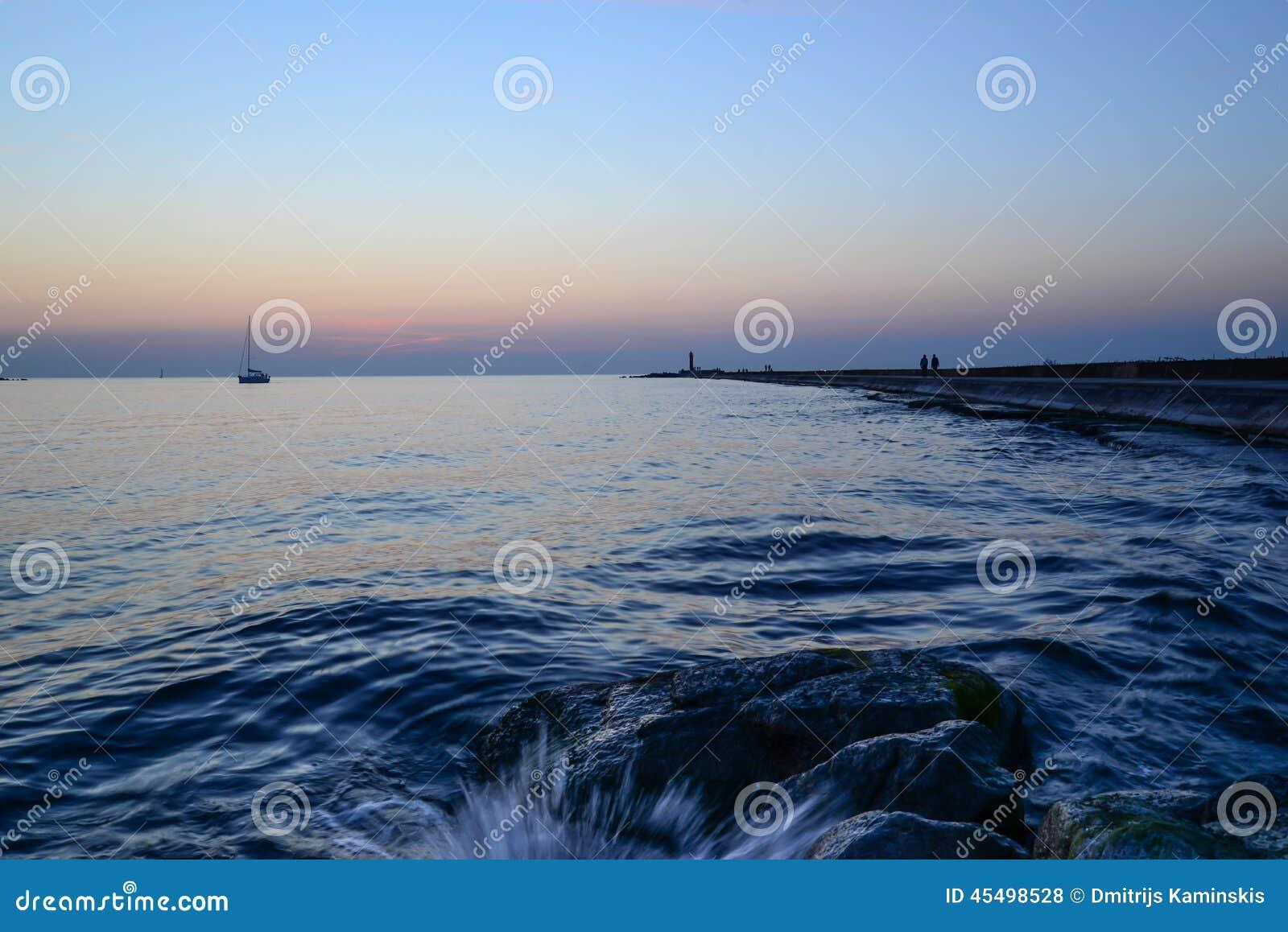 在码头-水飞溅的日落