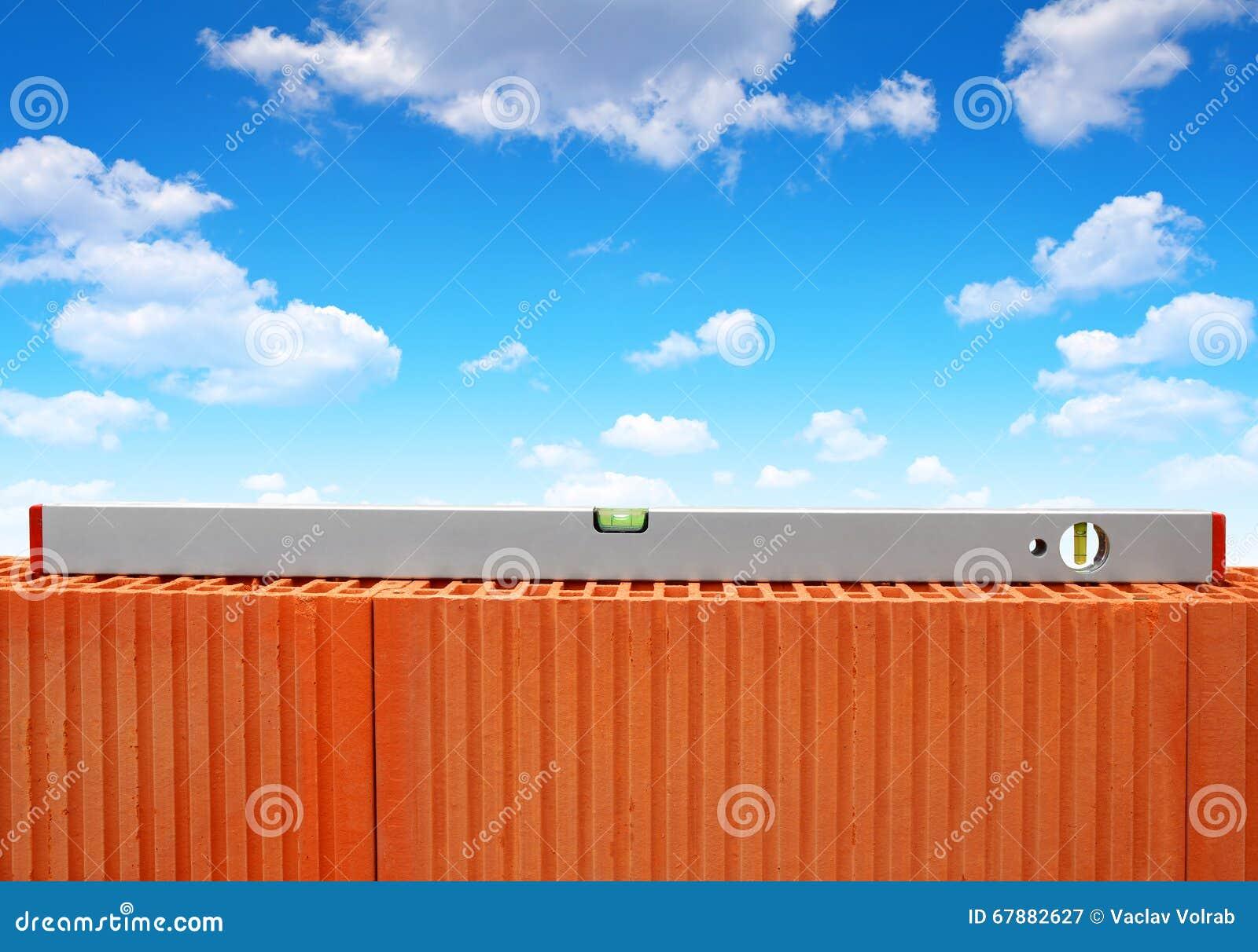 在砖墙上的水平仪