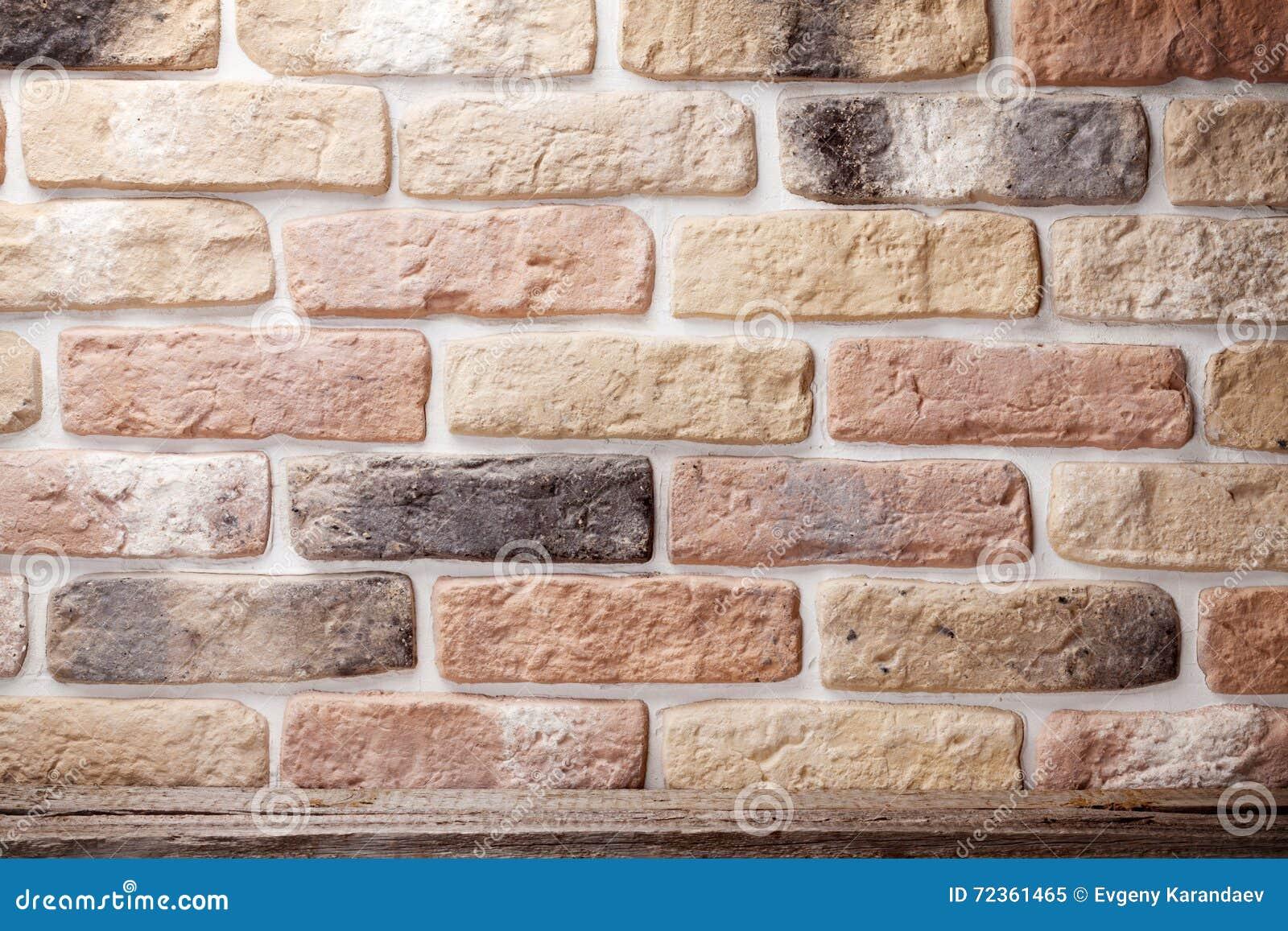 在砖墙前面的木架子