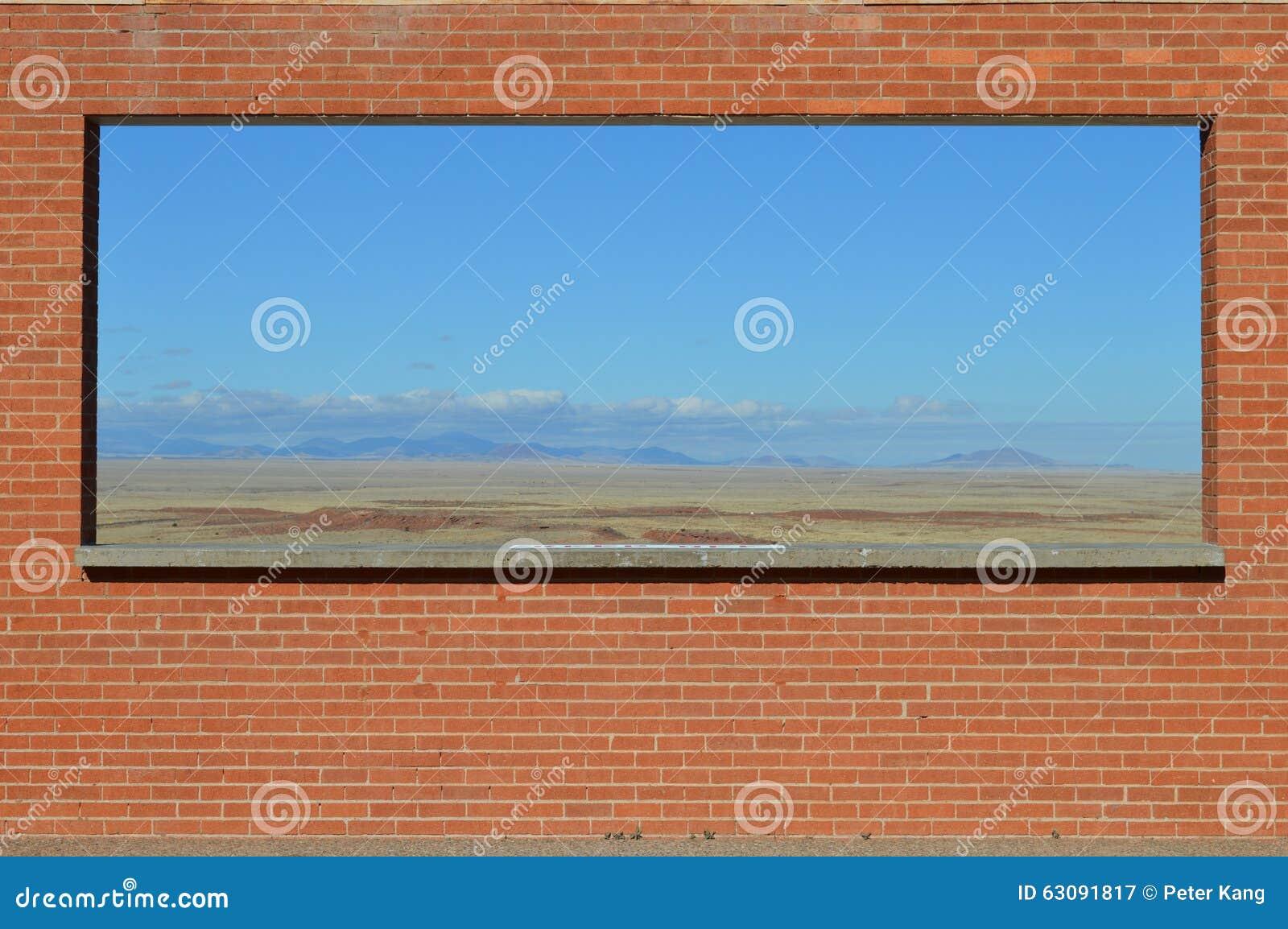在砖墙构筑的沙漠视图亚利桑那