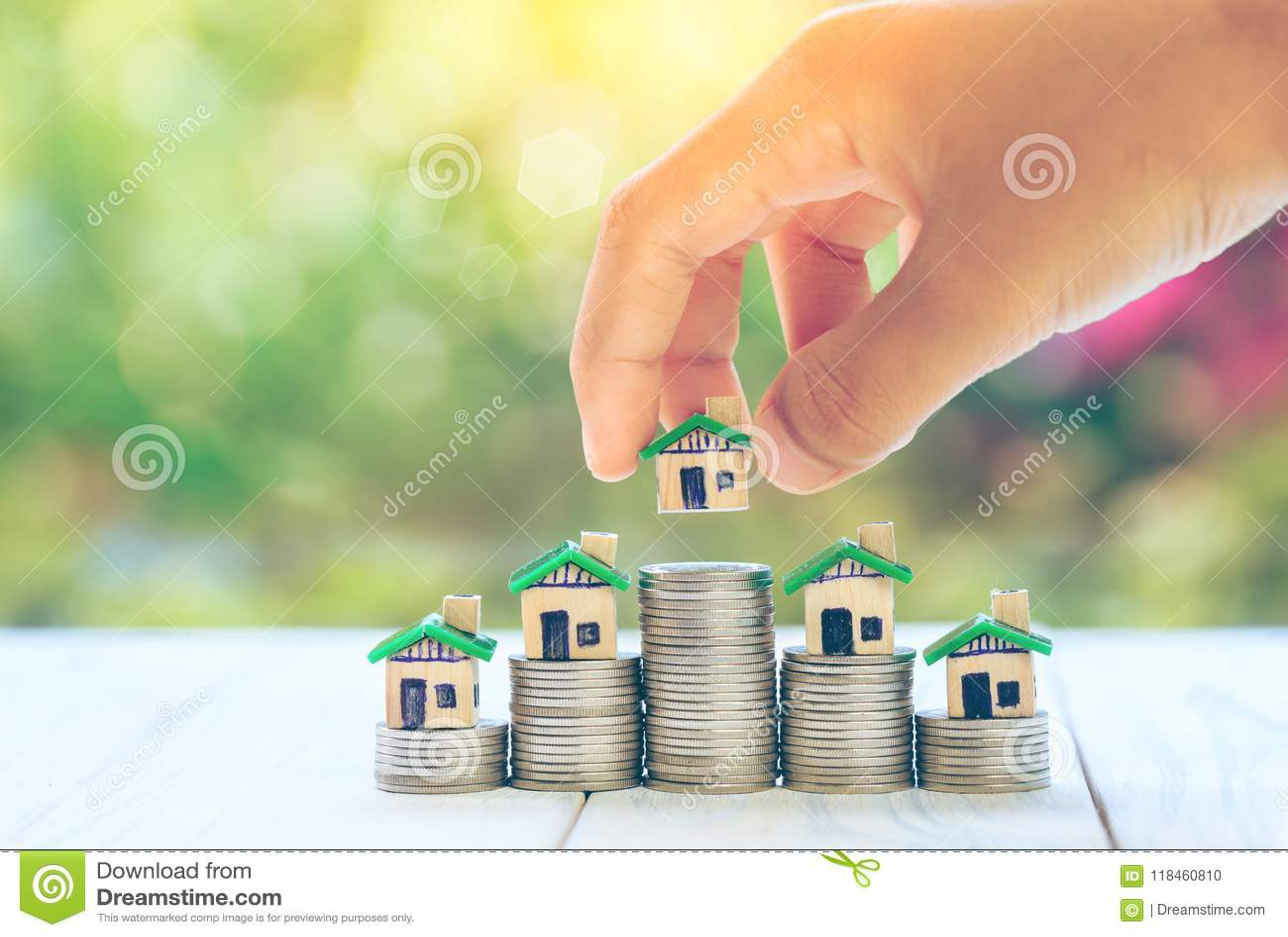 在硬币人` s手安置的议院计划硬币储款金钱买物产梯子的一个家庭概念概念,抵押a