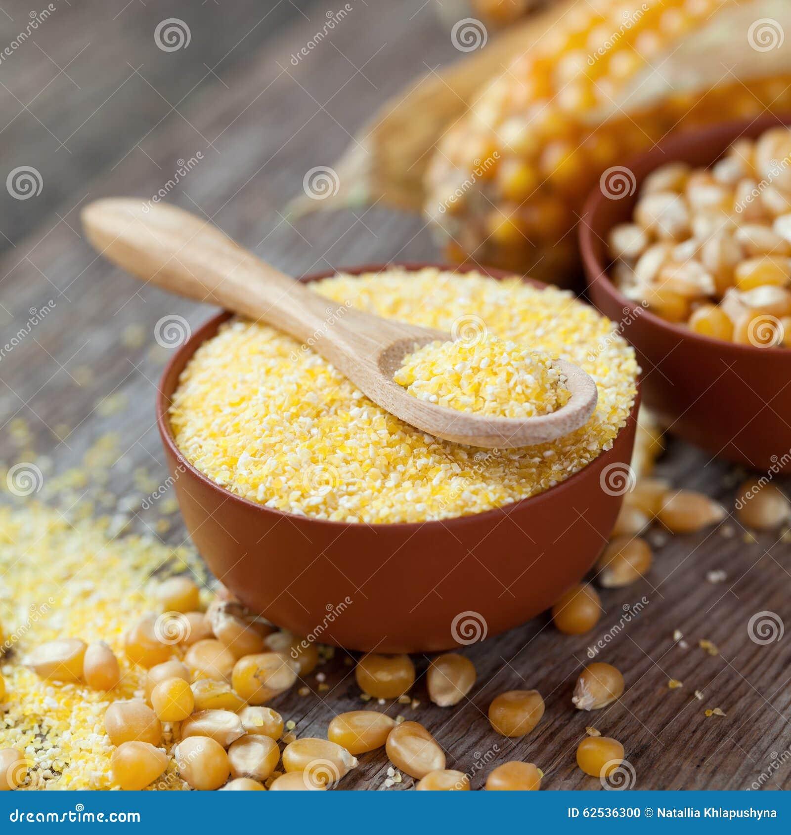 在碗、玉米种子和棒子的玉米少量