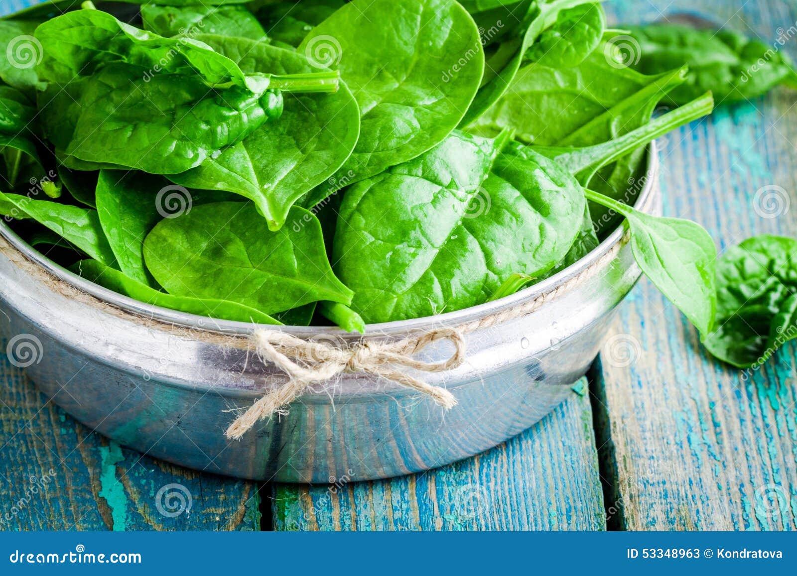 在碗特写镜头的未加工的新鲜的有机菠菜