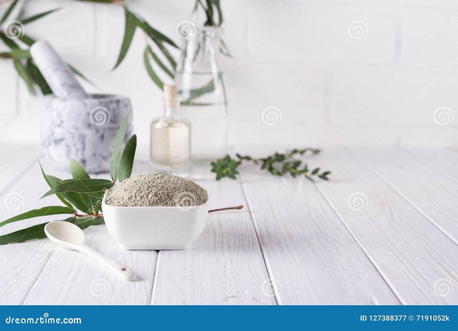 在碗的干燥面部黏土粉末 家或沙龙温泉治疗的自然化妆用品