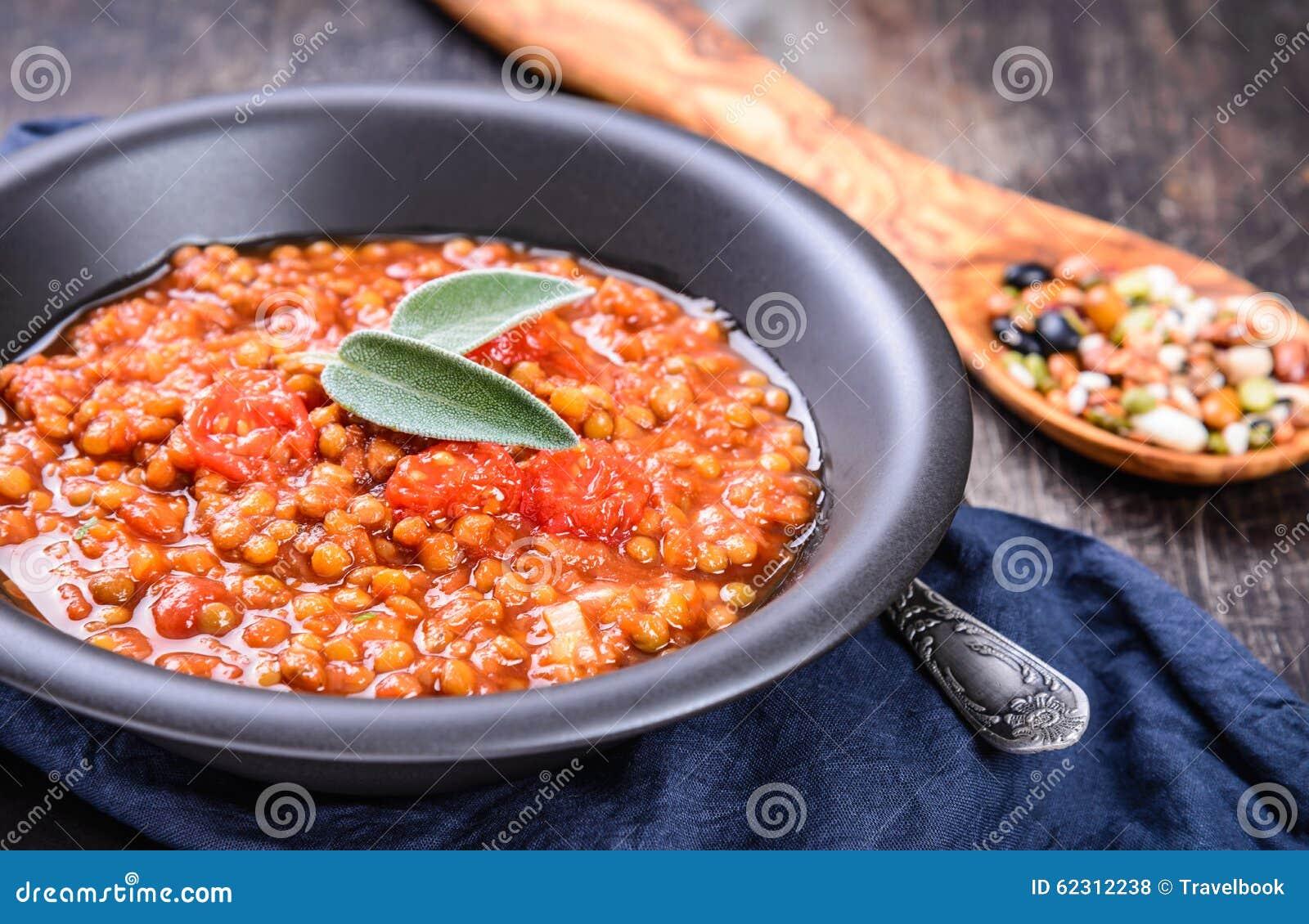 在碗的扁豆炖煮的食物