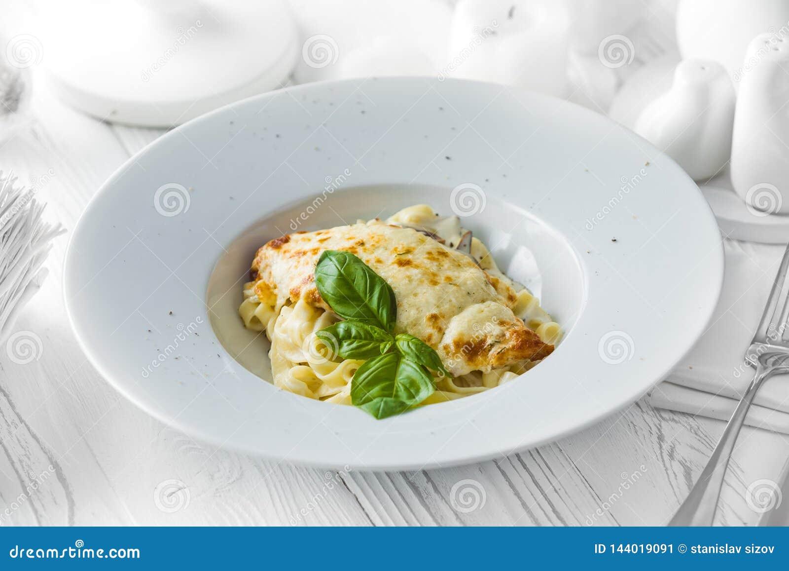 在碗的经典意大利烤宽面条盘