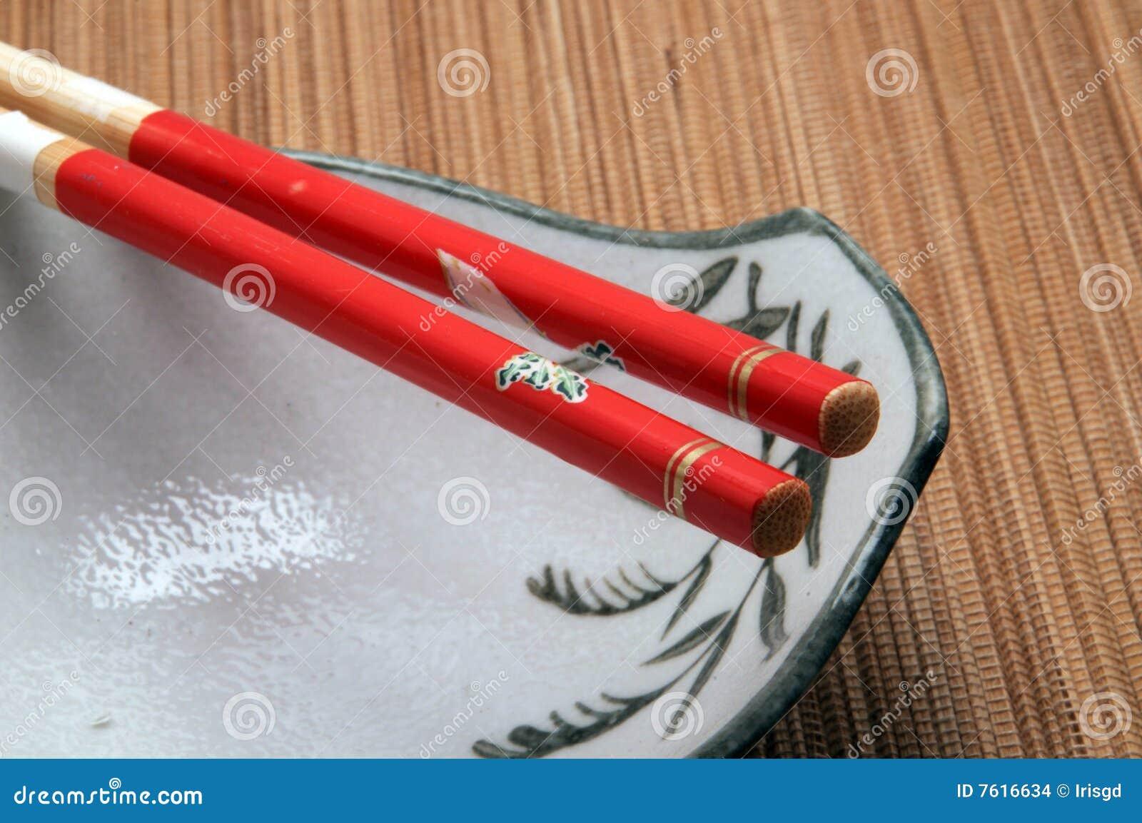 在碗顶部的筷子