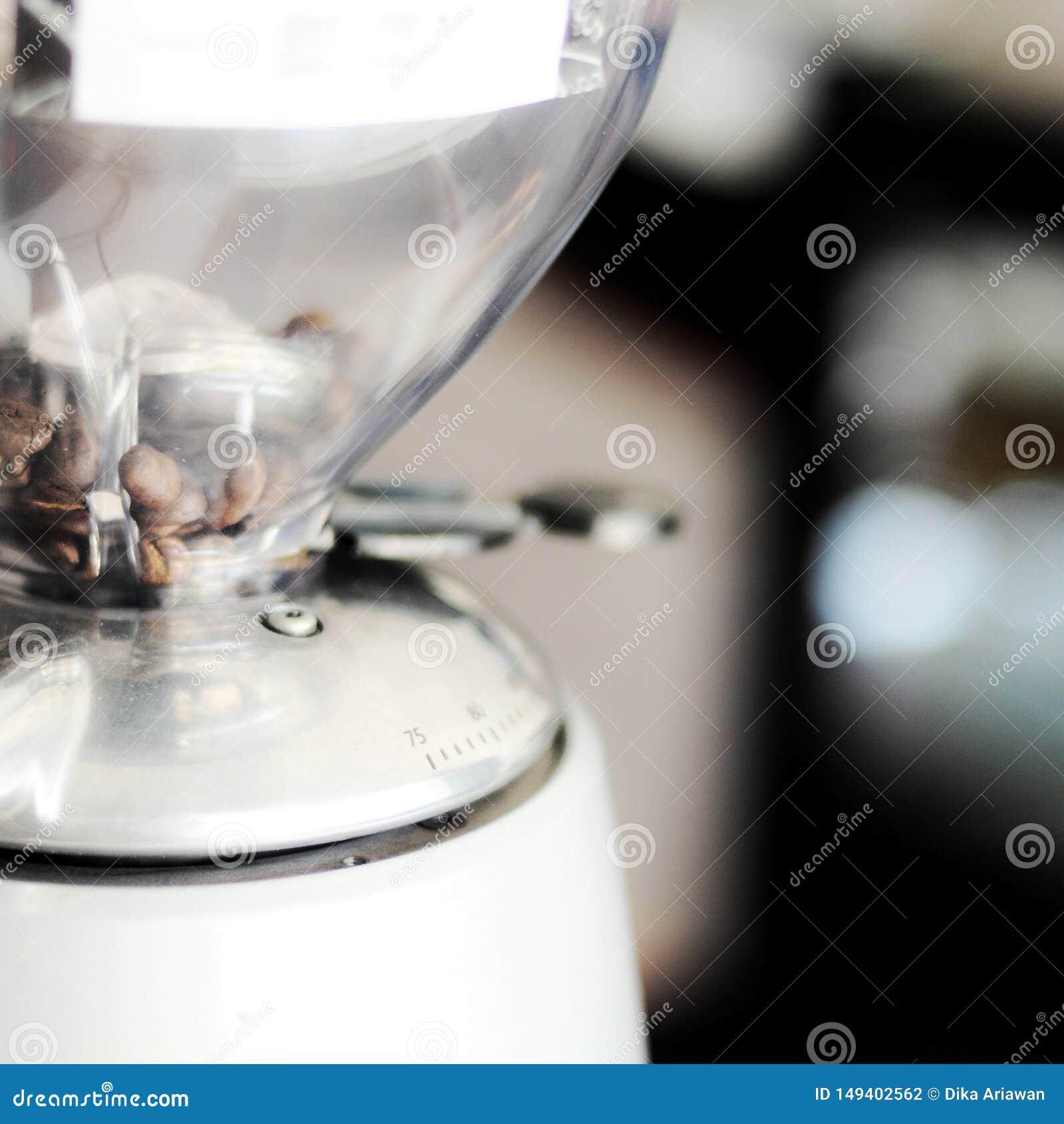 在磨床里面的印度尼西亚咖啡豆