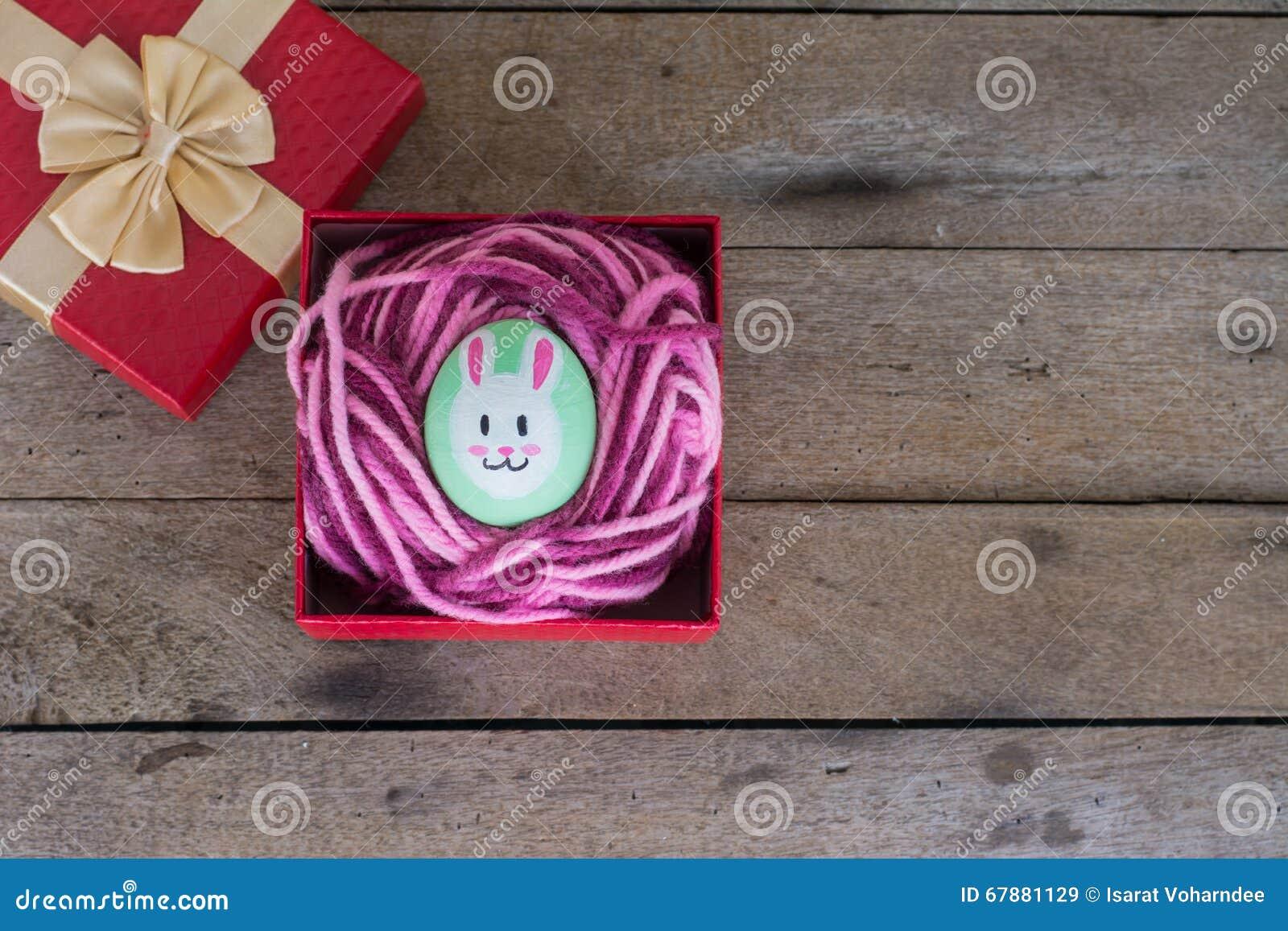 在礼物盒的复活节彩蛋在木
