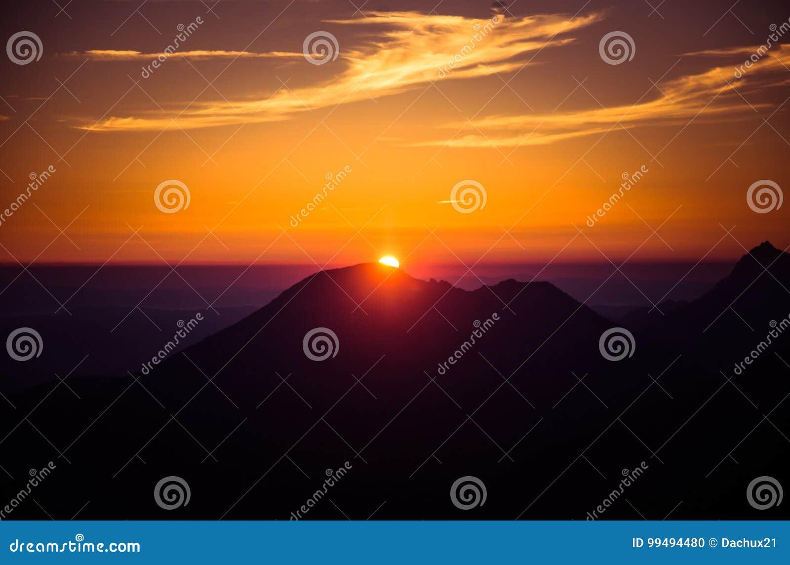 在神秘的紫色和橙色音调的一个美好,五颜六色,抽象山风景
