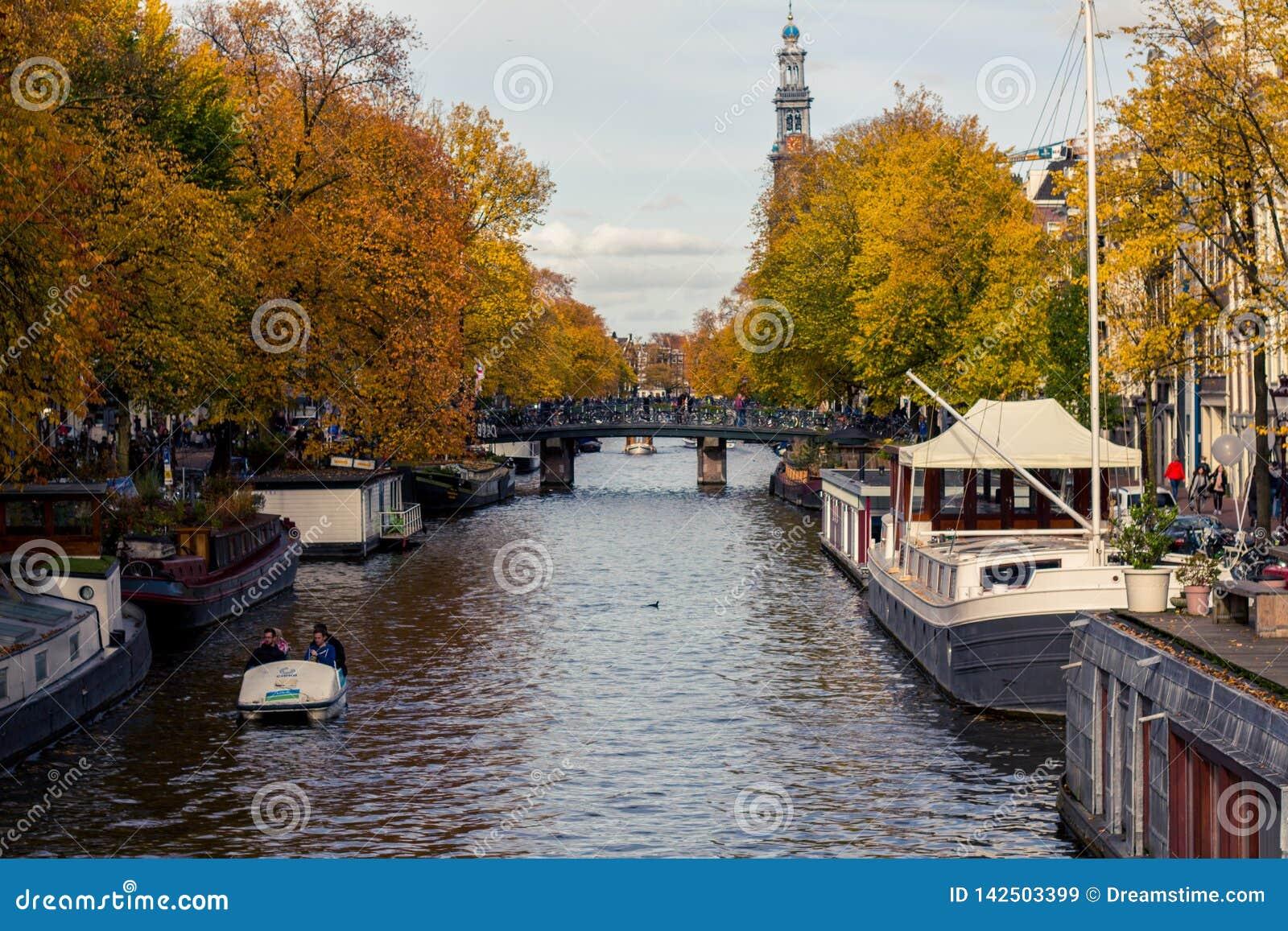 在秋天的阿姆斯特丹运河