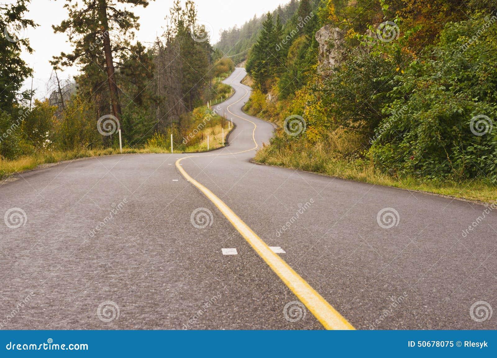 Download 绕在秋天薄雾的山路 库存图片. 图片 包括有 有薄雾, 弯曲, 横向, 户外, 上升, 薄雾, 中心线, 国家(地区) - 50678075