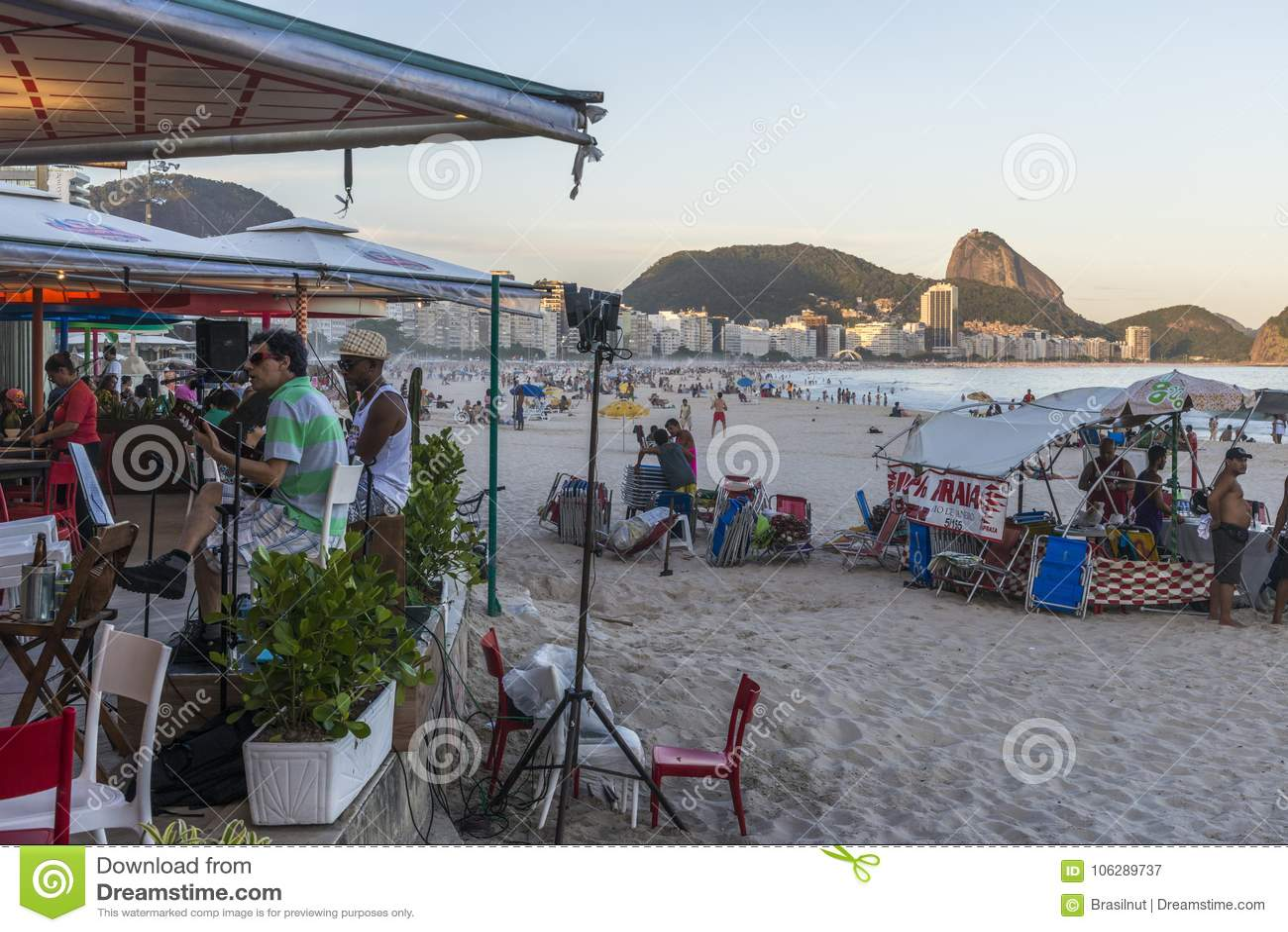 在科帕卡巴纳海滩的,里约热内卢,巴西一个报亭结合演奏bossa新星和桑巴