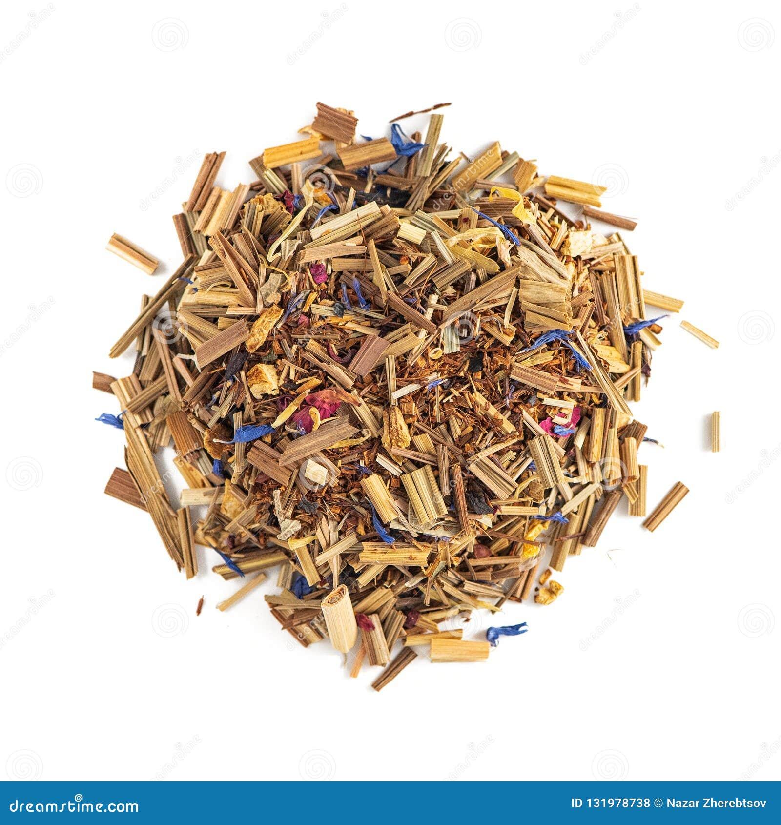 在空白背景的清凉茶堆 构成薄菏,柠檬香茅,矢车菊,甜木根,玫瑰花瓣 顶视图