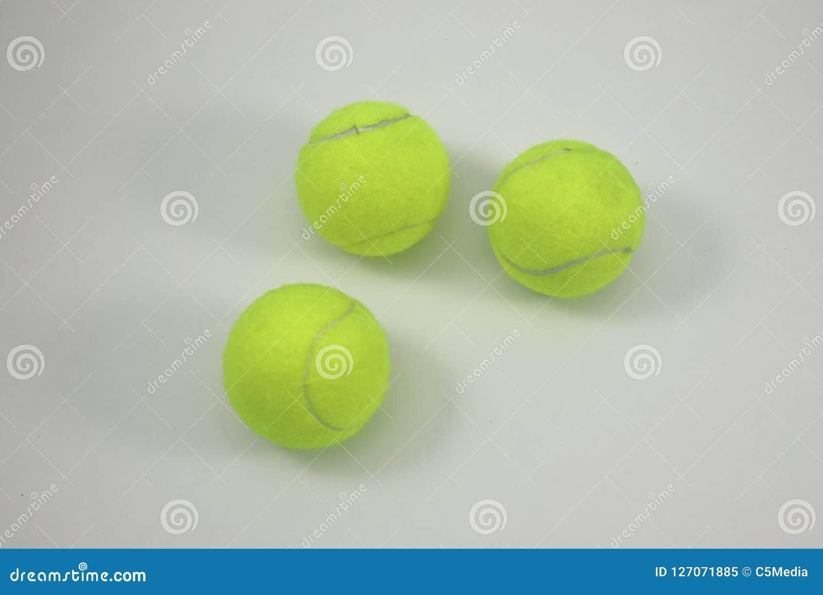 在空白背景的网球