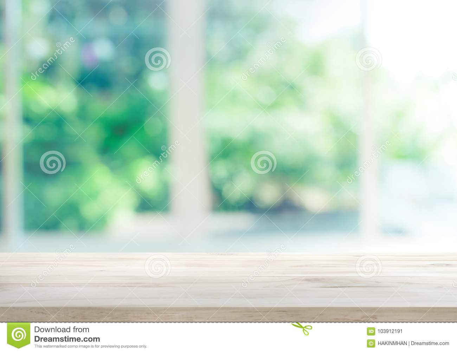 在窗口迷离的木台式有庭院花背景