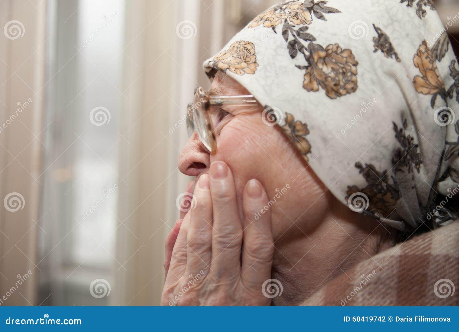 在窗口附近的年长妇女