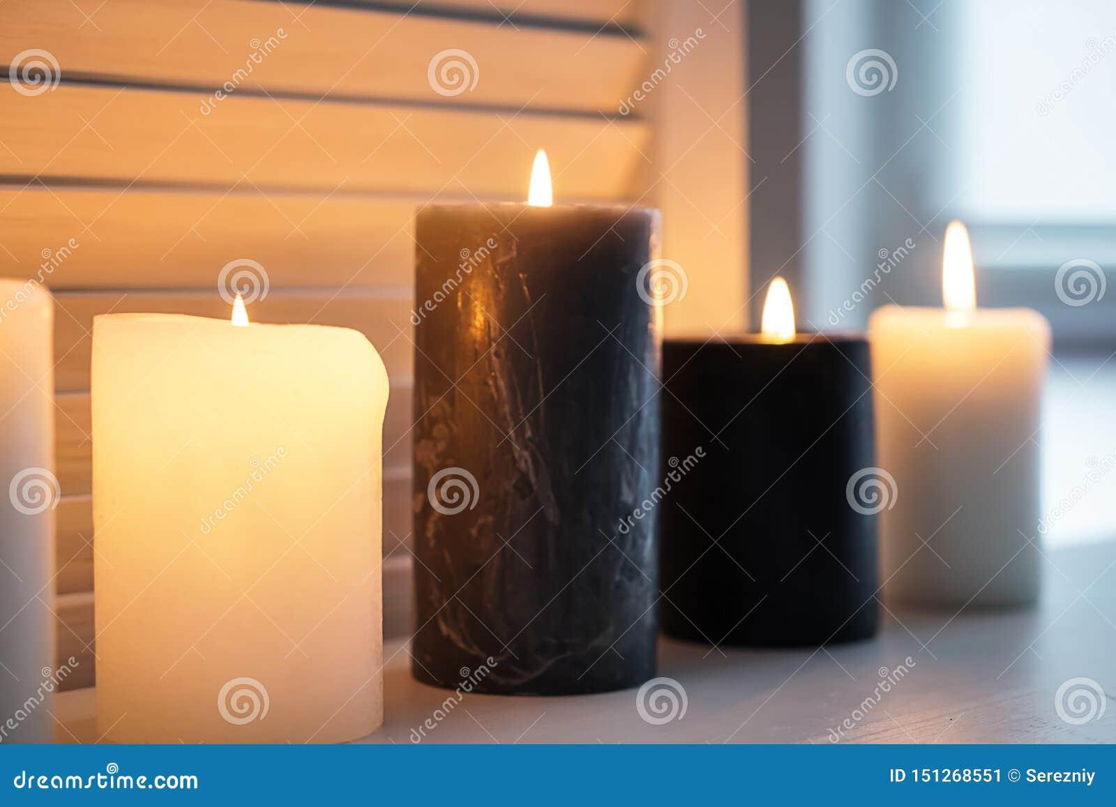 在窗台的美好的灼烧的蜡烛