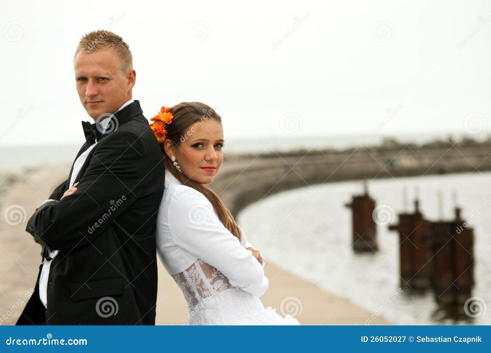在端口的婚礼夫妇